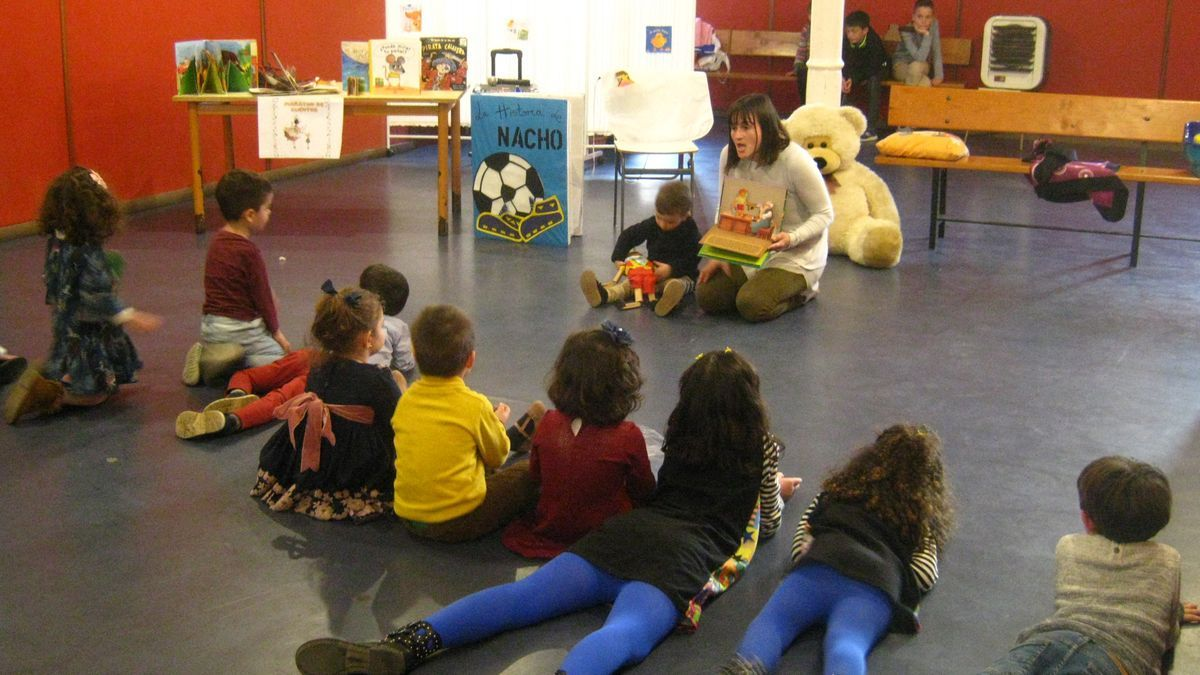 Niños participan en una sesión de cuentos celebrada por Bambalinas