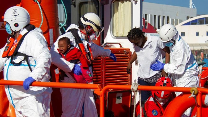 Cuatro muertos y un centenar de inmigrantes rescatados en aguas andaluzas