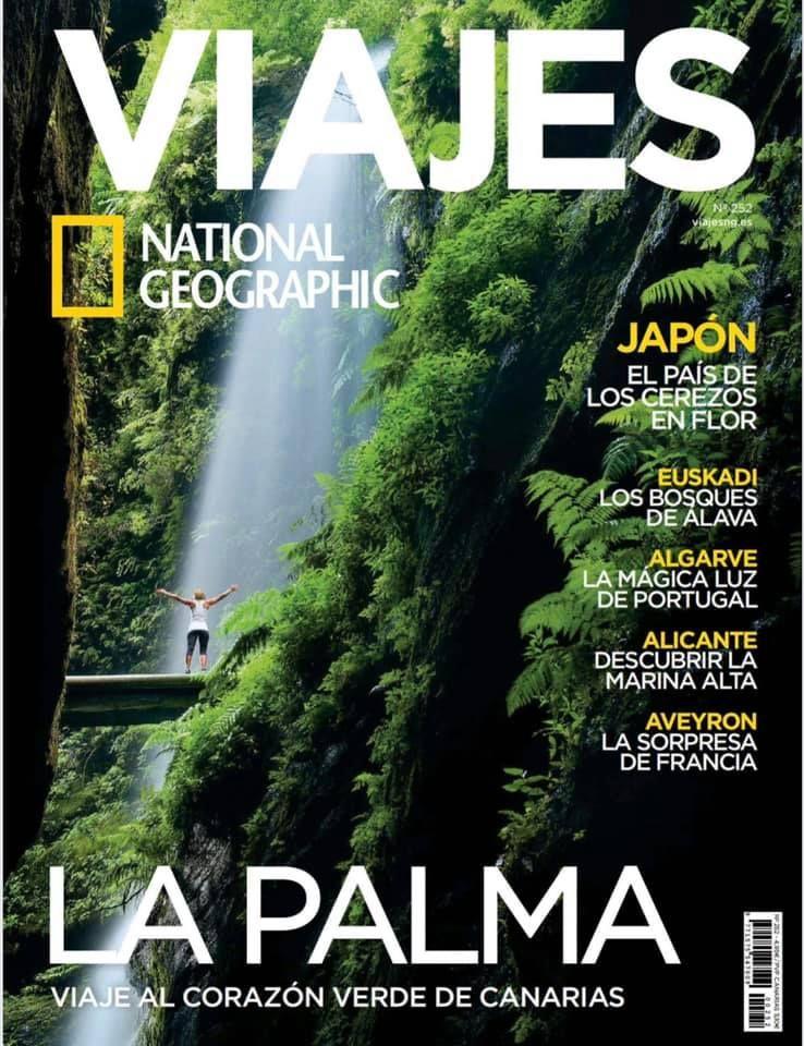 Portada de 'Viajes National Geographic' en la que aparece la cascada de Los Tilos