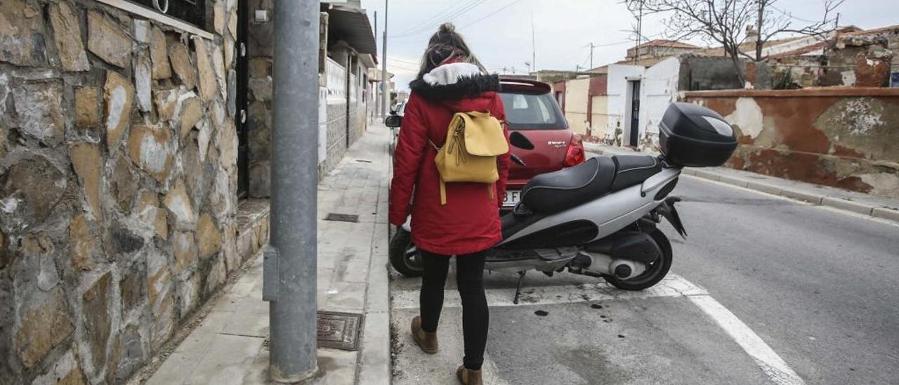 Una vecina camina por unas de las calles del barrio incluidas en el proyecto de reurbanización.