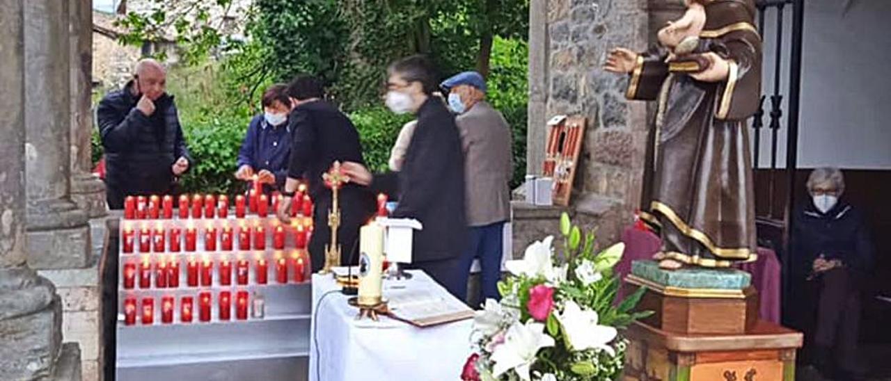 Un momento de los actos celebrados ayer en la capilla de San Antoniu, en Cangas de Onís.  J. M. Carbajal