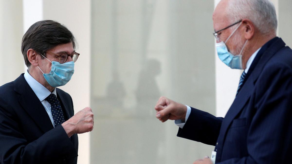 Los presidentes de Bankia, Ignacio Goirigolzarri (izqda), y Mercadona, Juan Roig, se saludan esta mañana en el congreso