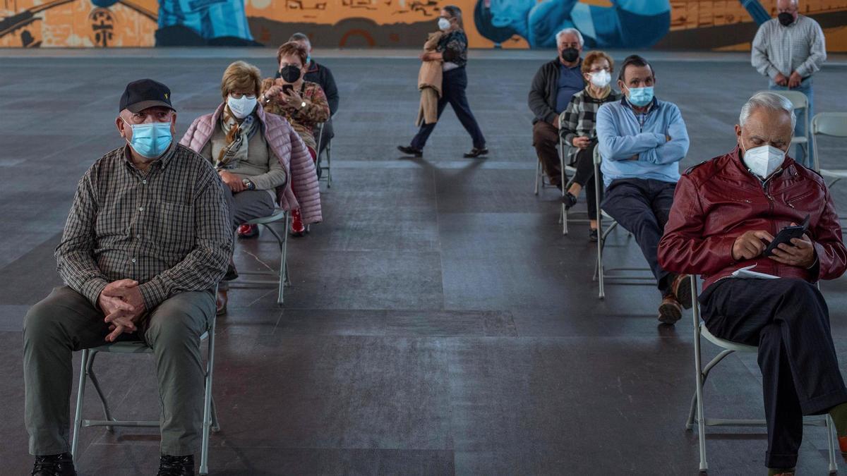 Varias personas esperan para ser vacunadas
