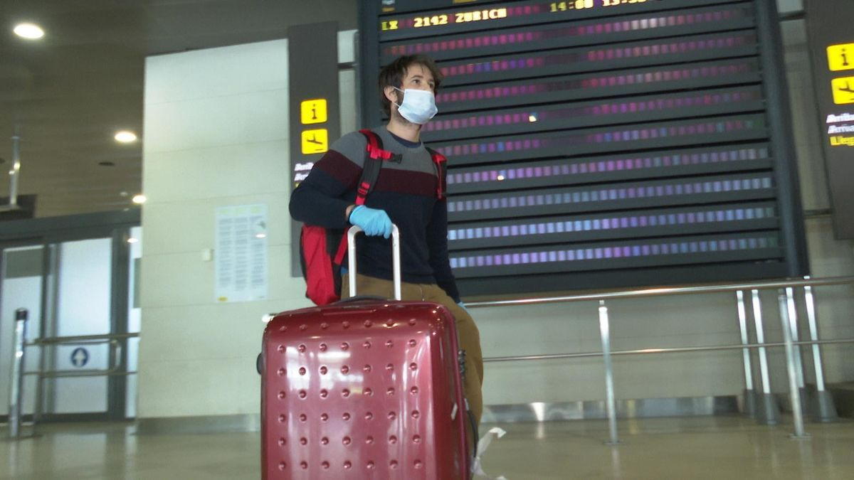 Un joven llega al aeropuerto de Manises.