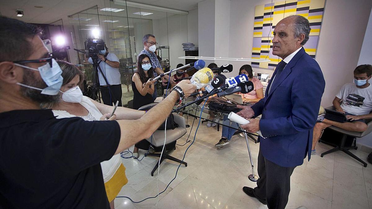 Francisco Camps atiende a los medios tras el archivo de la causa del papa decretado por la jueza. | DANIEL TORTAJADA