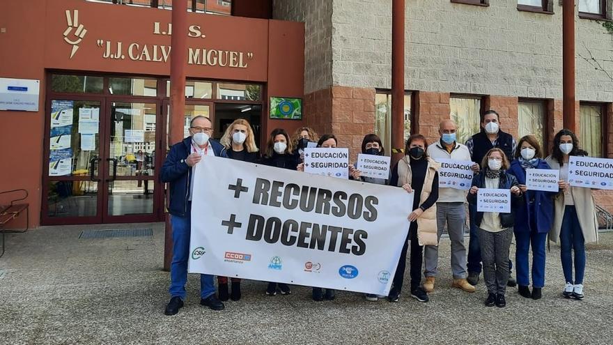 El profesorado del IES Juan José Calvo Miguel de Sotrondio protesta para reivindicar una enseñanza presencial con garantías