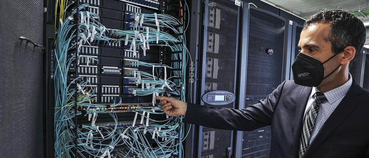 Marco Antonio Prieto, Director Técnico de Asac, mostrando las tripas de los servidores. | Irma Collín