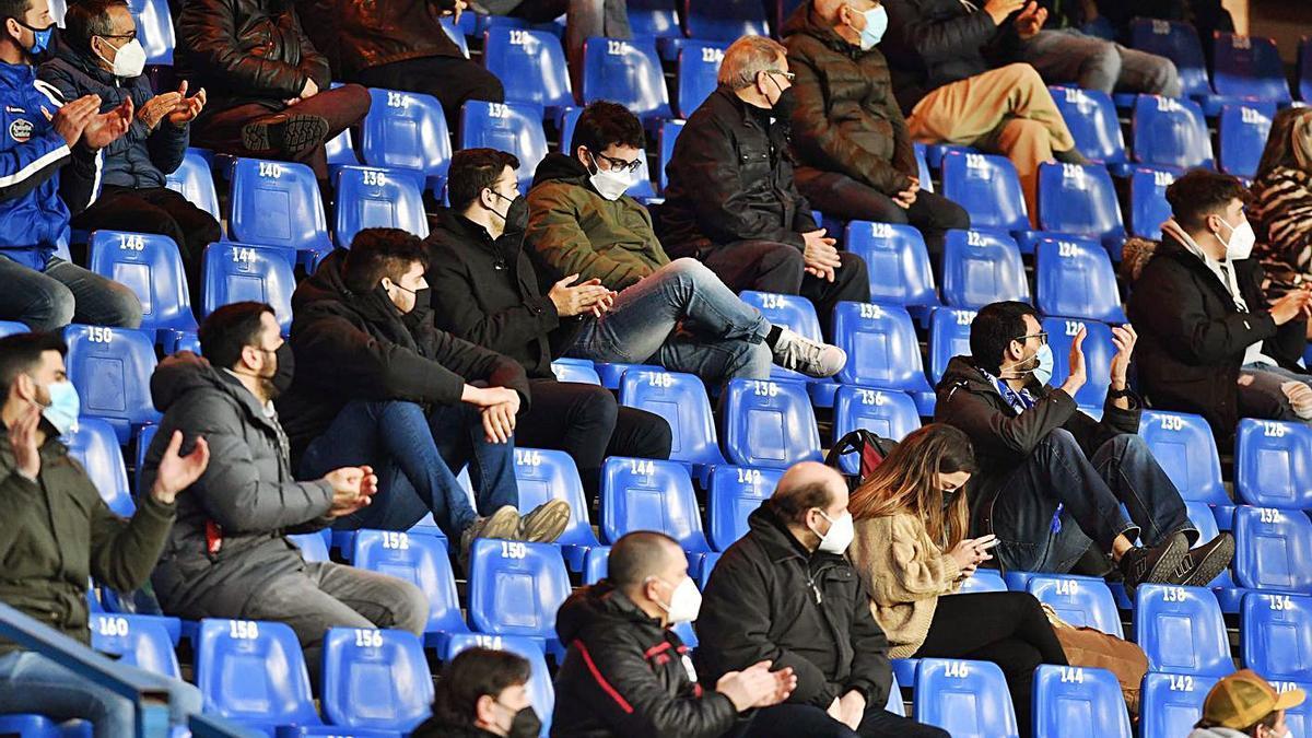 Aficionados del Deportivo, en un partido de la pasada temporada en Riazor.    // VÍCTOR ECHAVE