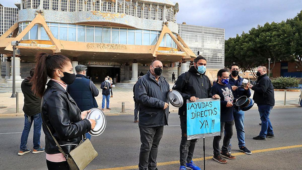 Los hosteleros se volvieron a concentrar ayer a las puertas de la Asamblea Regional. | JUAN CABALLERO