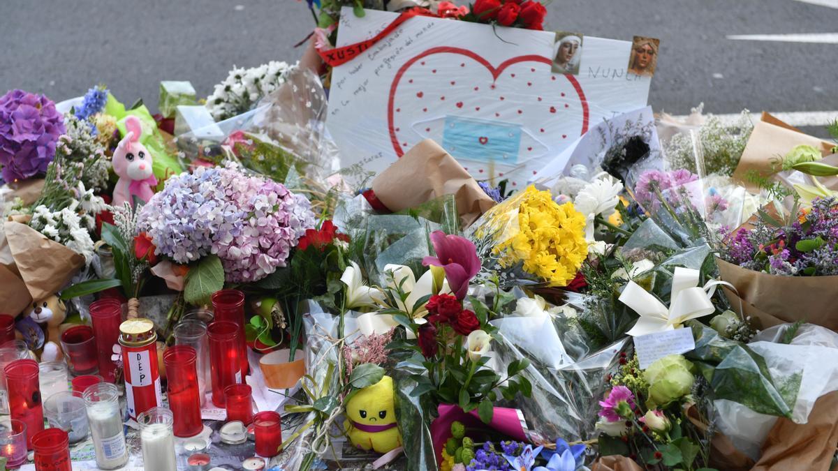 'Altar' dedicado a Samuel Luiz en el lugar de la avenida de Buenos Aires donde recibió la paliza que acabó con su vida.