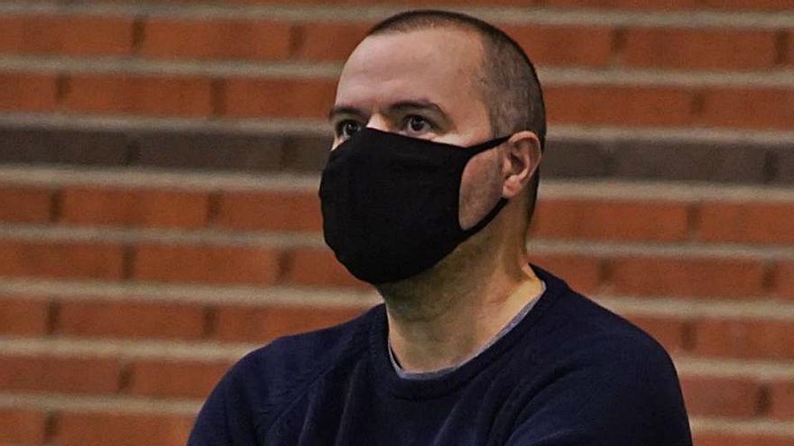 El técnico del Virgen de la Concha, Vicente González,  niega problemas con la plantilla