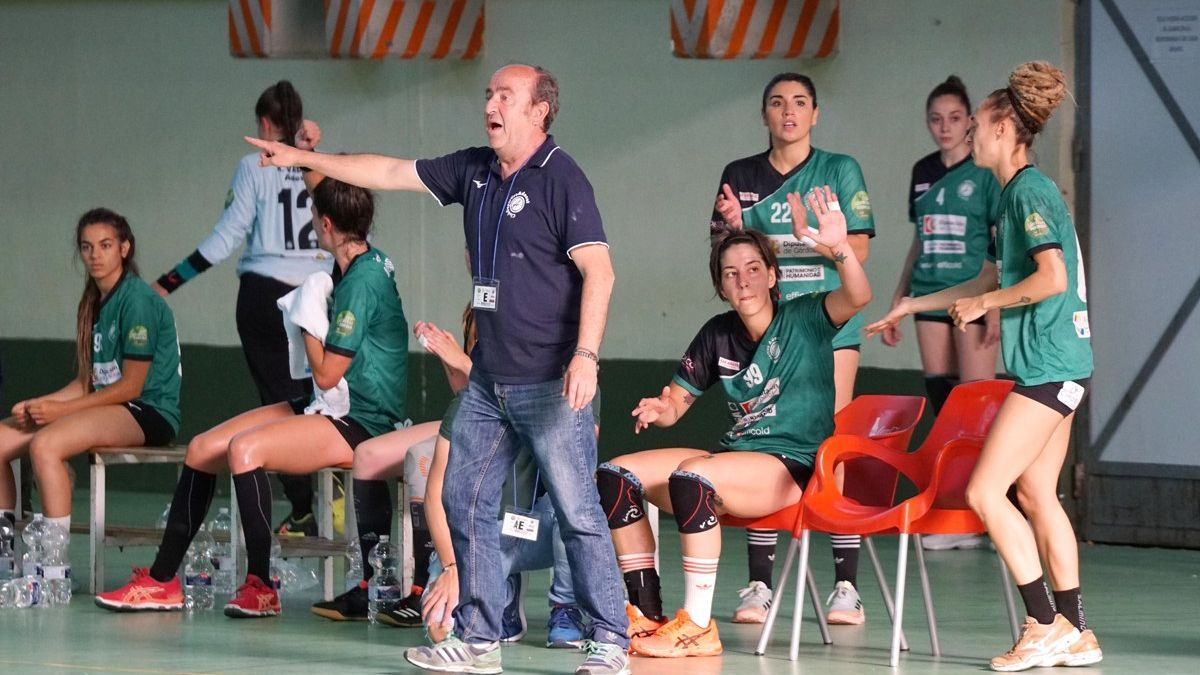 Rafa Moreno, entrenador del Adesal, da instrucciones en un encuentro.