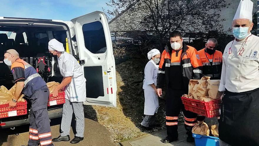 La escuela de hostelería llanisca ya repartió 460 menús solidarios