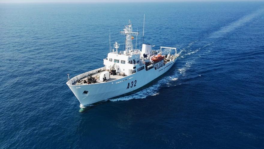 Un buque de la Armada actualiza la cartografía náutica de las costas canarias