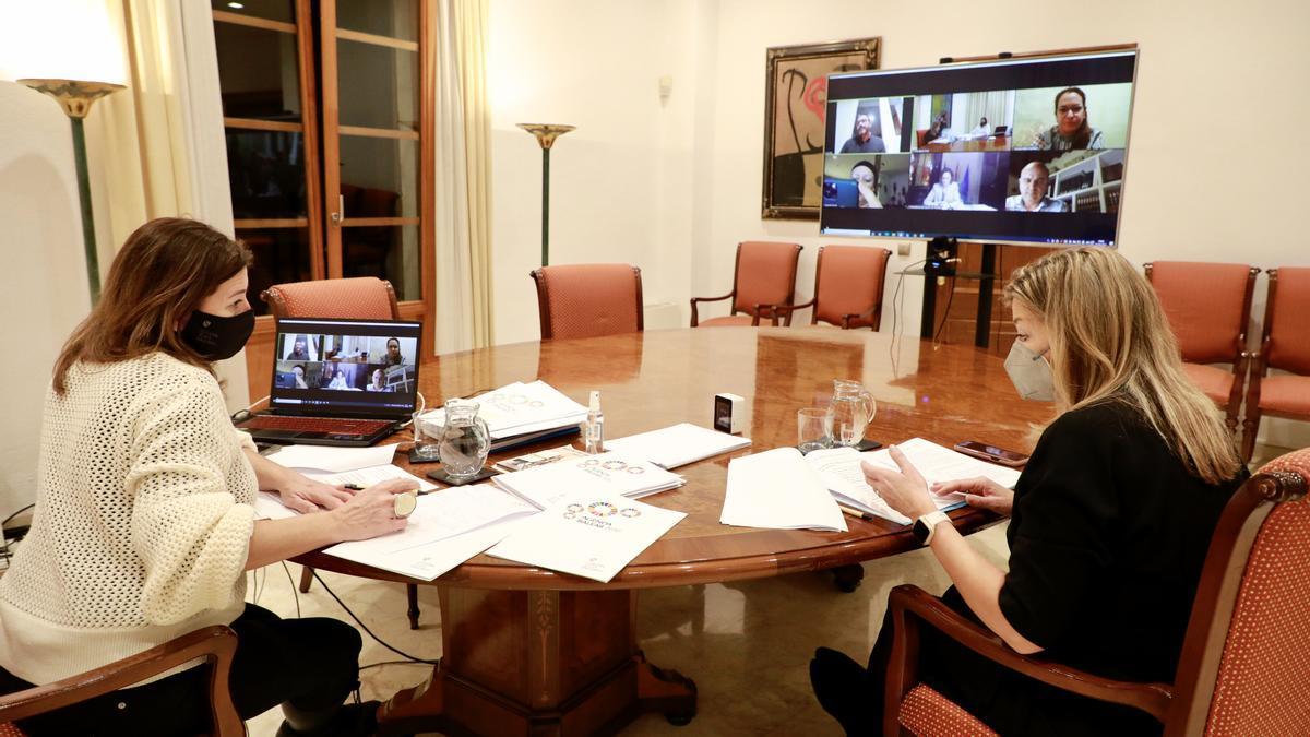 La presidenta, Francina Armengol, y la consellera de Salud, Patricia Gómez, durante la reunión por videoconferencia con los presidentes de los consells y el alcalde de Palma.