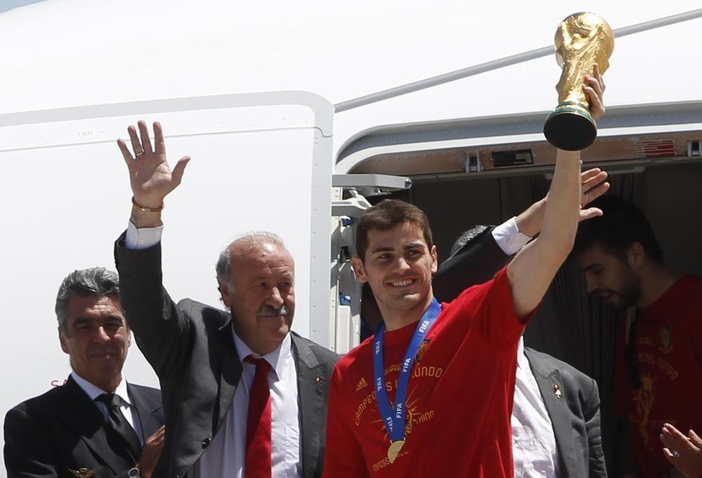 Spain's captain Iker Casillas lifts the World ...