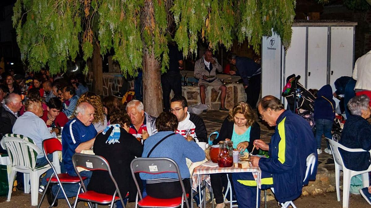 Vecinos de Sesnández, localidad perteneciente a Ferreruela, comparten mesa durante una fiesta . | Ch. S.
