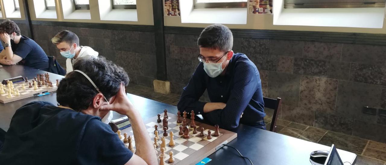 En la imagen, a la derecha, Jonás Prado, con las negras