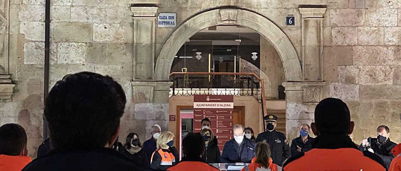 Voluntarios de Protección Civil, ante el ayuntamiento. | LEVANTE-EMV