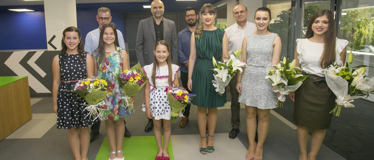 Las belleas y sus damas, junto al director de INFORMACIÓN, Tomás Mayoral, y a los subdirectores Fernando Ramón y Jorge Fauró.
