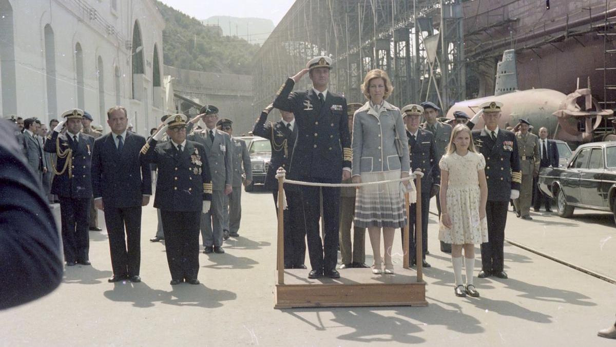 Los reyes eméritos durante la entrega del buque a la Armada junto a la Infanta Cristina, en 1980.