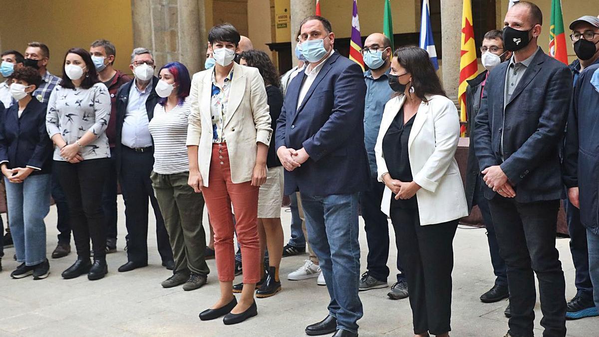 """Pontón y Junqueras, en el centro, con los invitados a los actos del """"Día da Patria"""".     // XOÁN ÁLVAREZ"""