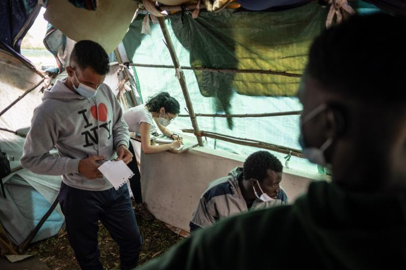 Protesta ante el campamento de Las Raíces por parte de migrantes y activistas