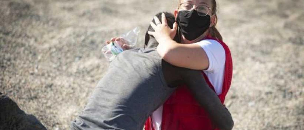 La imagen del abrazo en Ceuta ya ha dado la vuelta al mundo.