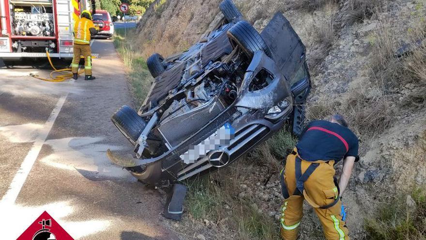 Los bomberos rescatan a una conductora atrapada tras volcar su coche en Alcoy