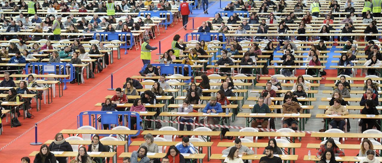 Aspirantes a los exámenes de Correos en el recinto ferial de Silleda el pasado año