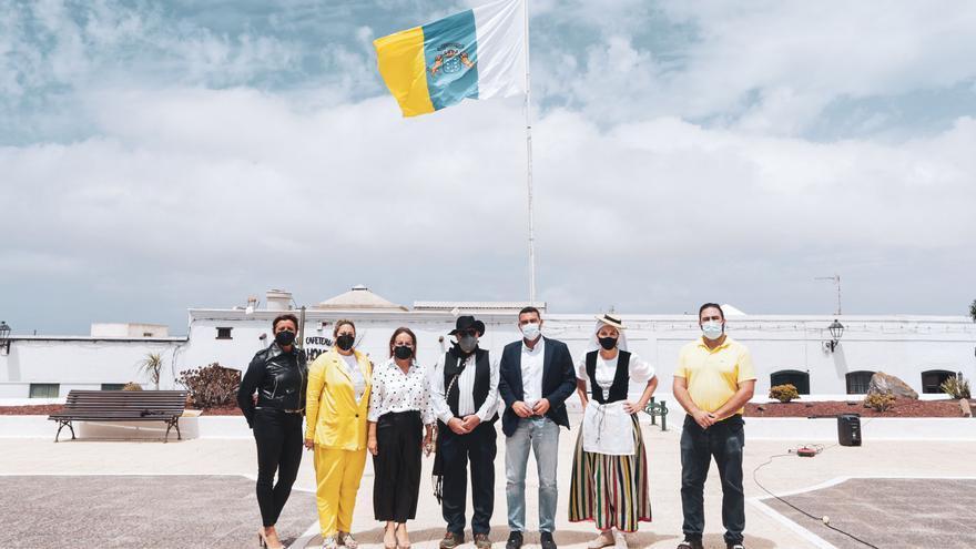 Teguise inició la conmemoración del Día de Canarias con el izado de la bandera