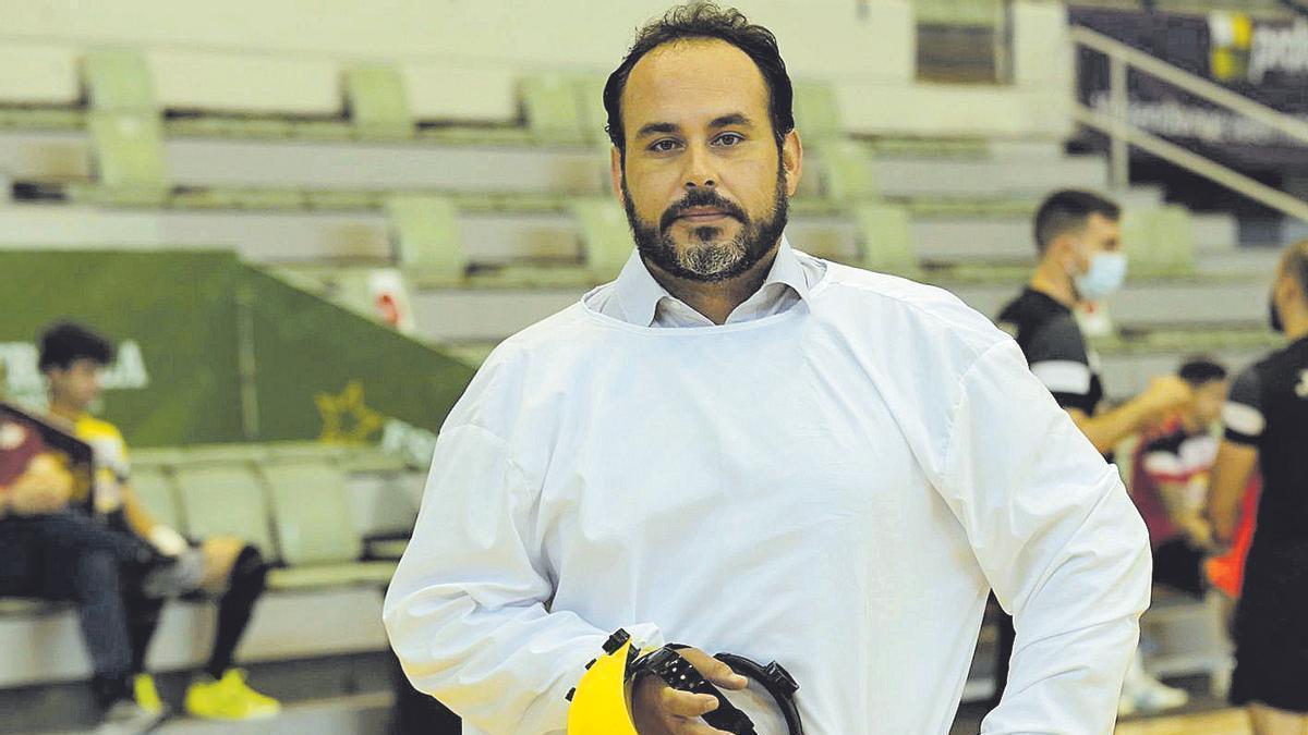 Manuel Carrillo Baldasquín, con el traje que utiliza para hacer los test de coronavirus
