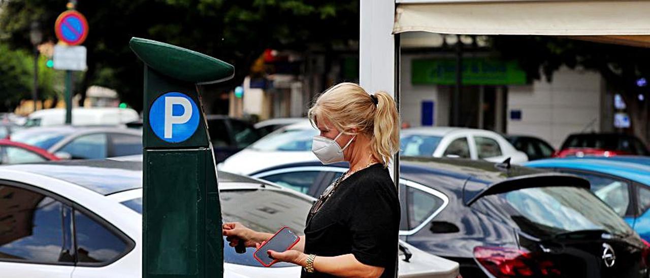Una usuaria paga en un parquímetro de la ORA.   F.CALABUIG