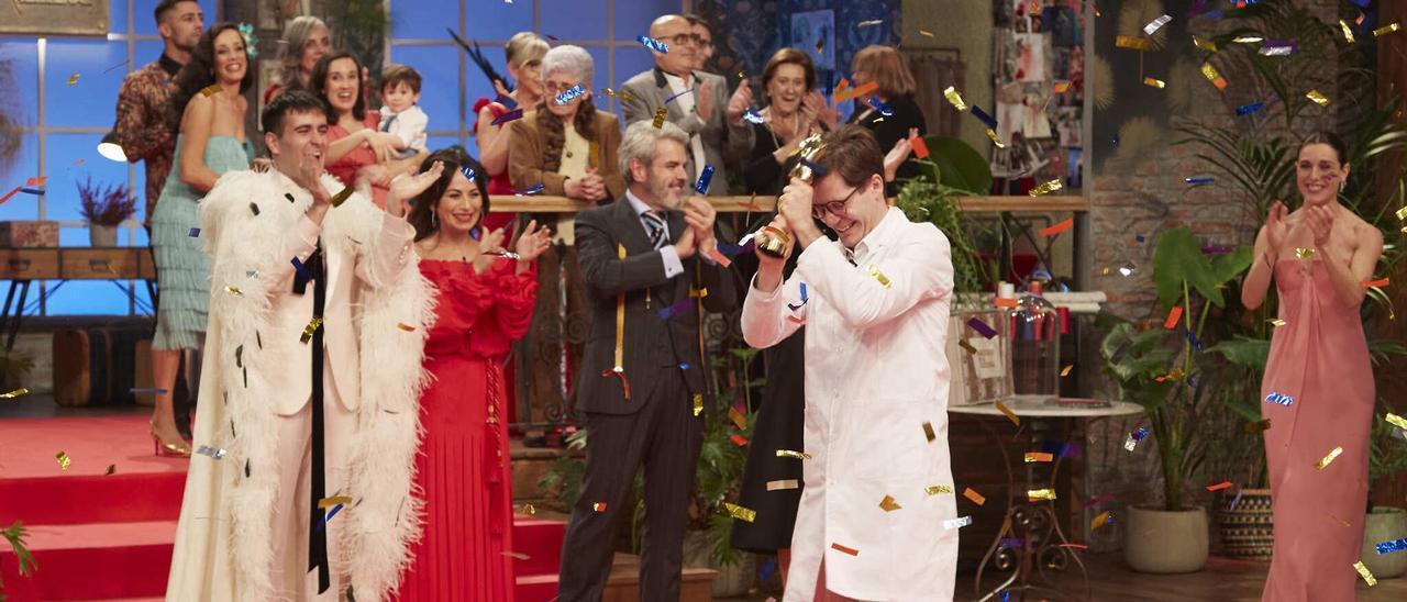Ancor Montaner celebra su triunfo en 'Maestros de la Costura' sujetando el ansiado Maniquí de oro, trofeo del talent.