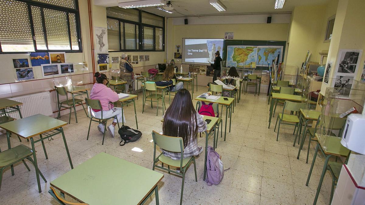 Aula de Secundaria ayer en uno de los institutos de la provincia, con apenas uno de cada cinco estudiantes en clase. | HÉCTOR FUENTES