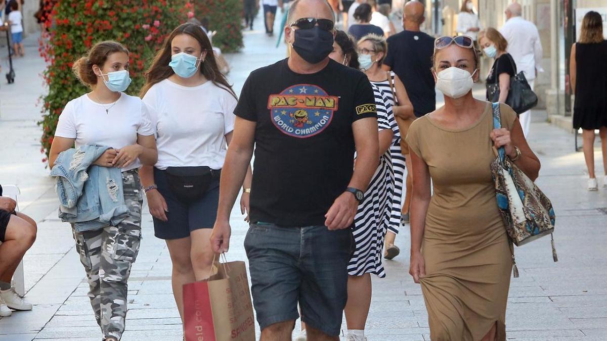 Las mascarillas, un complemento muy presente en las calles de Vigo