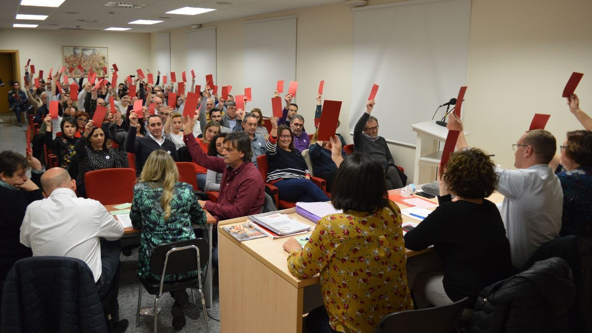Imagen de archivo de un momento de votación en una reunión del comité provincial del PSPV celebrada antes de la pandemia.