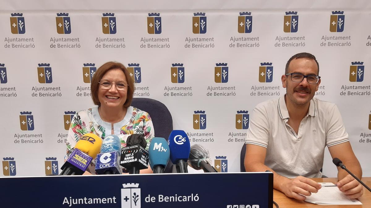 La alcaldesa, Xaro Miralles (i) y el concejal Carlos Flos desgranaron este jueves las inversiones en rueda de prensa.