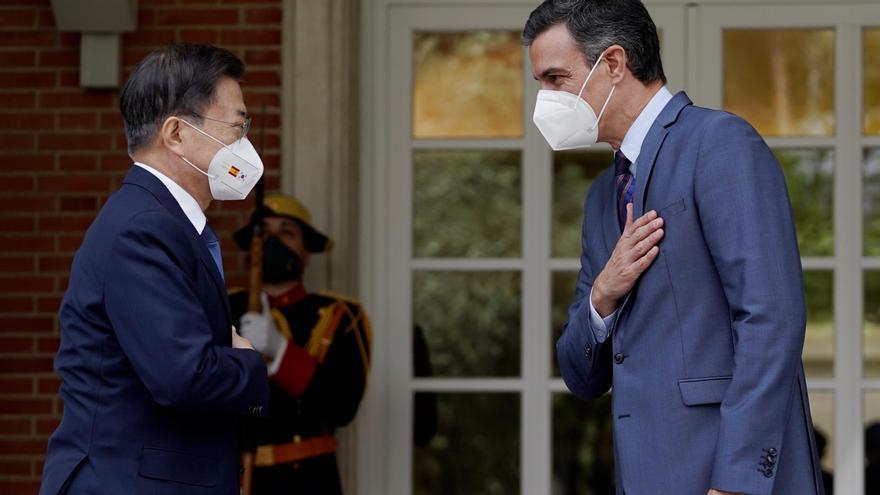 Pedro Sánchez recibe en Moncloa al presidente de la República de Corea, Moon Jae-in