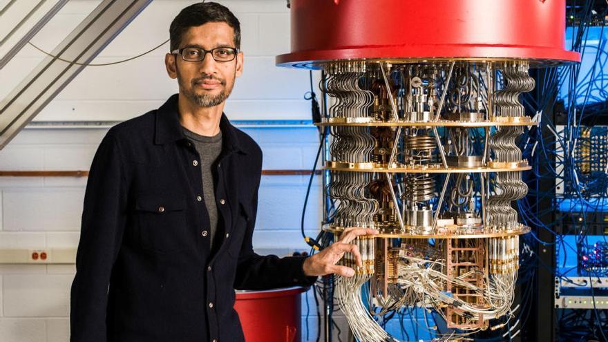 Sundar Pichai, junto a un ordenador cuántico de Google.
