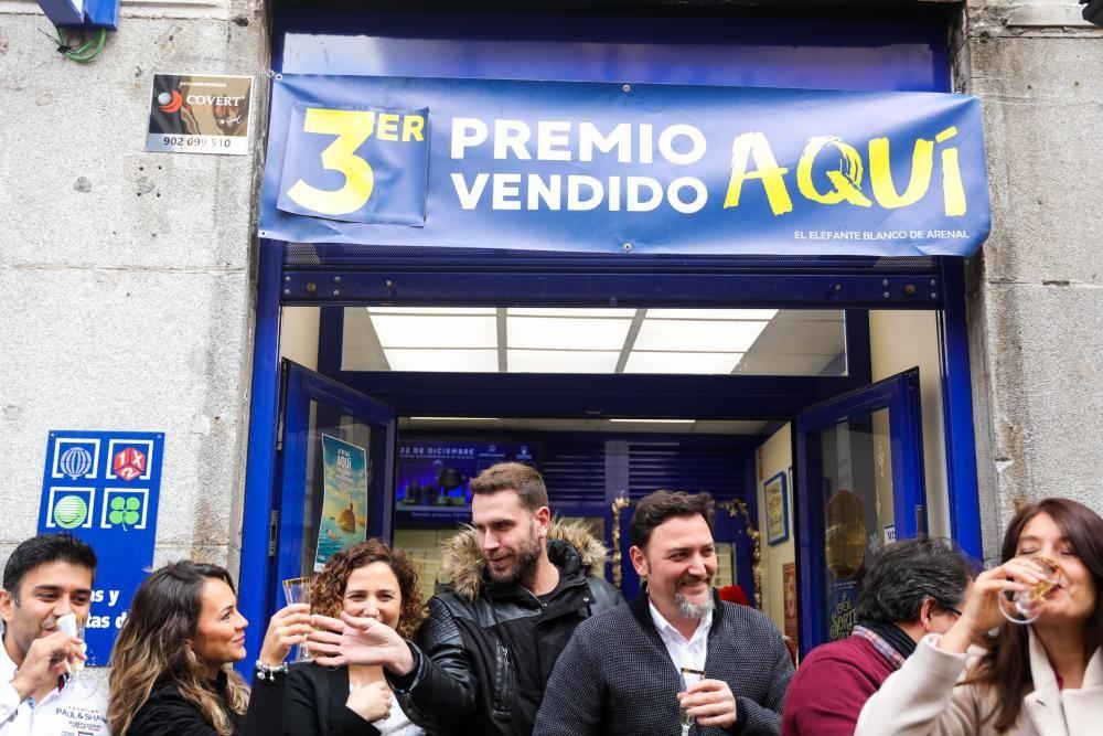 Agraciados por el Tercer Premio del Sorteo Extraordinario de Lotería de Navidad 2019 brindan con champagne en la administración situada en la calle Arenal, 16 de Madrid.
