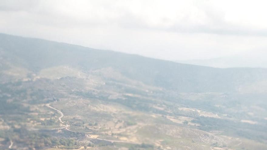 Sigue activo el incendio procedente de Galicia que afecta a Hermisende