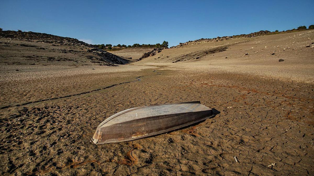 Hier war schon mal mehr Wasser: der Stausee Ricobayo in der Provinz Zamora im August.    FOTO: FRAILE