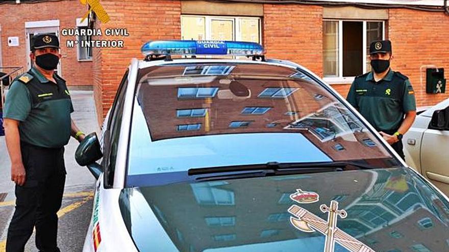 Dos guardias civiles fuera de servicio, padre e hijo, frenan un robo en una farmacia