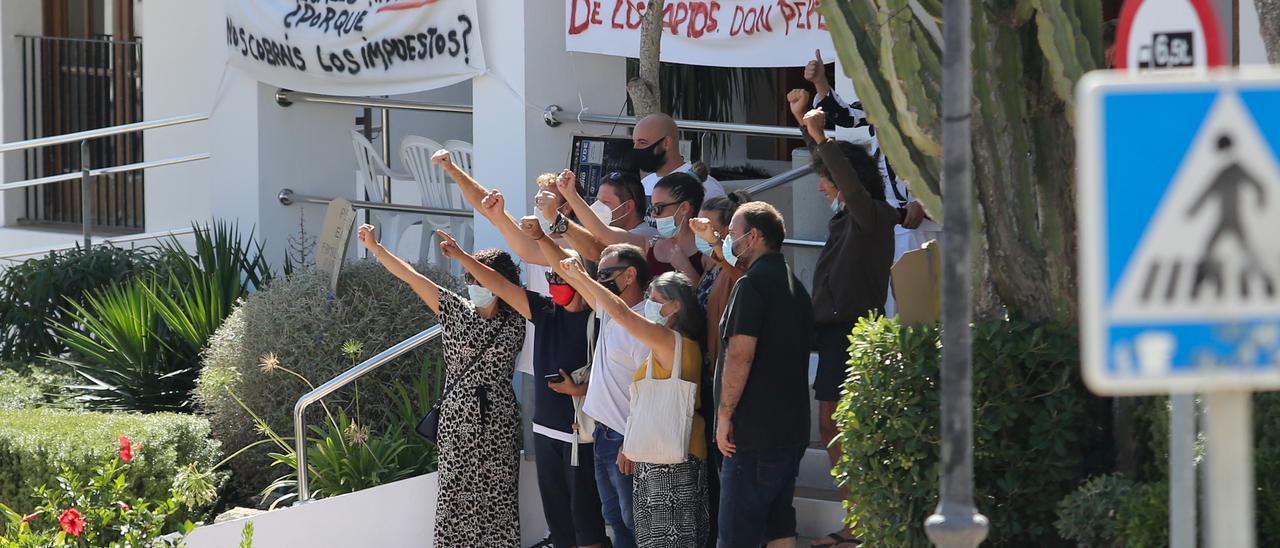 Protesta de los vecinos del edificio Don Pepe en el Ayuntamiento de Sant Josep.