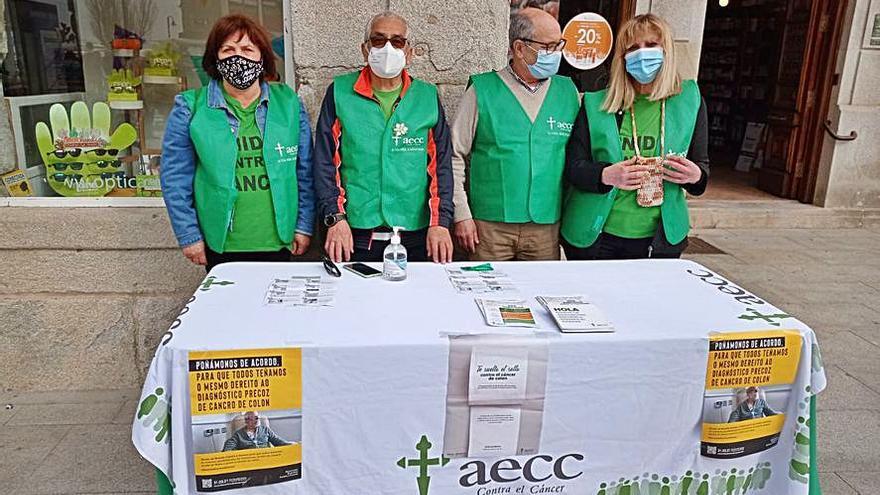 Lucha contra el cáncer de colon en los mercadillos de Cangas y Moaña