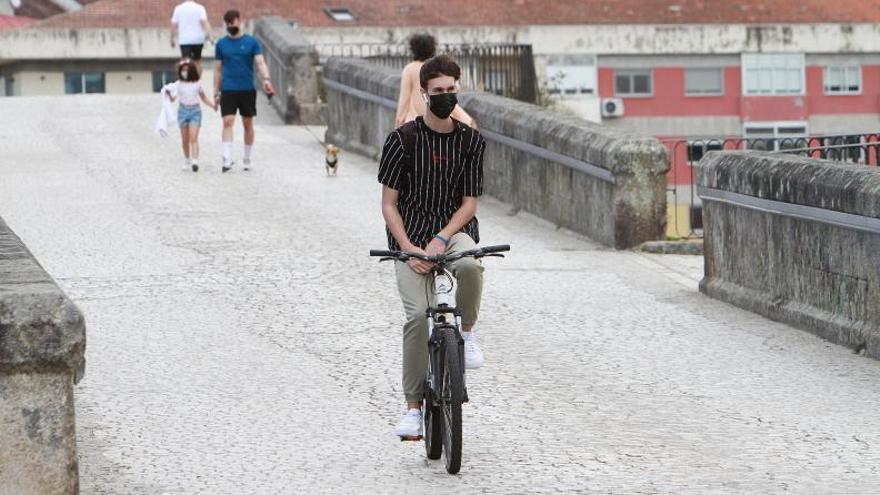 """Médicos de Ourense ven """"razonable"""" relajar el uso de la mascarilla en exterior"""