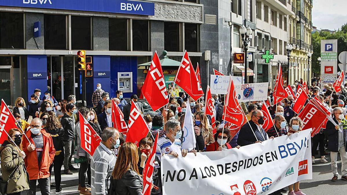 Protesta por el recorte del 20% de la plantilla del BBVA en Asturias   | MARCOS LEÓN