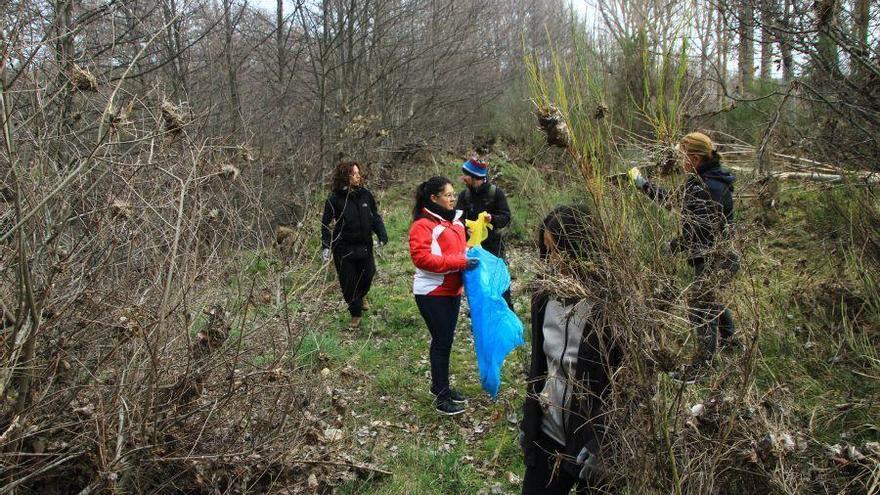 Voluntarios recogen basura en los entornos de los ríos Castro y Tera, en Puebla