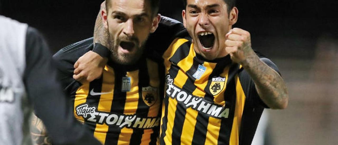 Marko Livaja y Sergio Araujo celebran juntos un gol esta temporada con el AEK Atenas, donde ambos se encuentran triunfando cedidos por la UD Las Palmas.